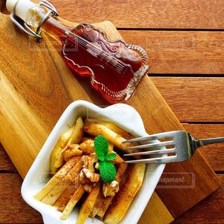 木製のテーブル ナイフとフォーク食品のプレート - No.800724