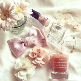 テーブルの上の白い花の写真・画像素材[852134]