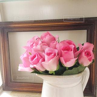 ピンクの花で一杯の花瓶の写真・画像素材[870230]