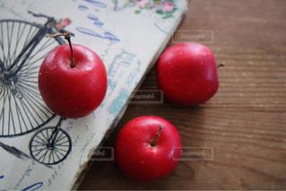 まな板の上の赤いリンゴの写真・画像素材[875801]
