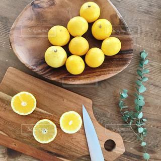 木製のテーブルの上に食べ物のプレート - No.896852