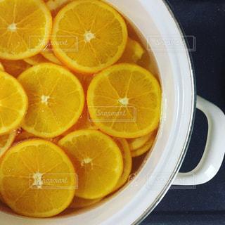 オレンジのボールを半分にカットの写真・画像素材[896871]