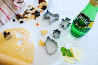 料理とテーブルの上の瓶のプレートの写真・画像素材[902187]