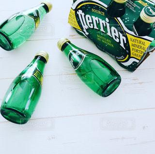 テーブルの上の水のボトル - No.914019