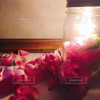 テーブルの上のピンクの花で一杯の花瓶の写真・画像素材[938514]