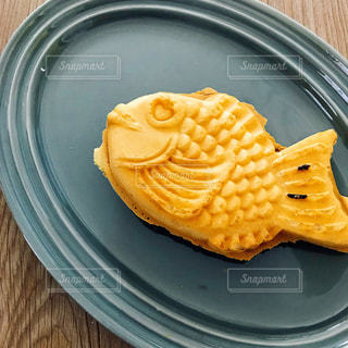 青いプレートの上に食べ物の写真・画像素材[1115844]