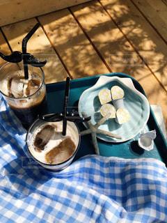 テーブルの上に食べ物のパンの写真・画像素材[1241779]