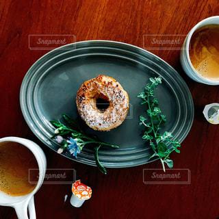一杯のコーヒーとドーナツ プレートの写真・画像素材[1245559]