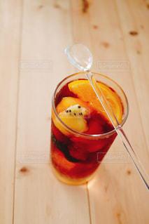 木製のテーブルにオレンジ ジュースのガラスの写真・画像素材[1412976]