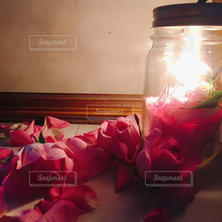 テーブルの上の花の花瓶の写真・画像素材[1434253]