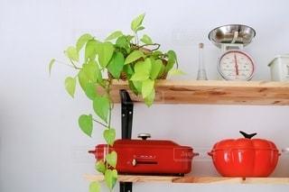 テーブルの上の花瓶の写真・画像素材[2741225]