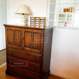 木製のキャビネット付きのキッチンと客室内のベッドの写真・画像素材[2809232]