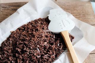 テーブルの上にチョコレートケーキを一つの写真・画像素材[2927619]
