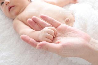 赤ん坊を抱く手の写真・画像素材[3661780]