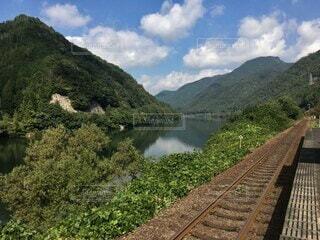 田舎の風景に良く馴染む川沿いの駅の写真・画像素材[4162649]