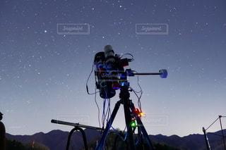 天体望遠鏡を星空への写真・画像素材[3587957]