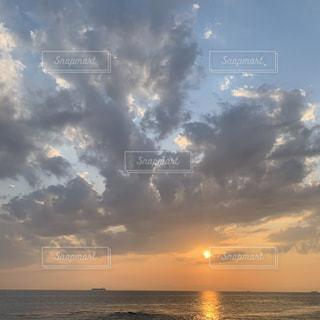 水の体に沈む夕日の写真・画像素材[3581502]