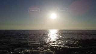 水の体に沈む夕日の写真・画像素材[3581972]
