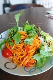 食べ物,カフェ,カラフル,テーブル,トマト,野菜,皿,パスタ,サラダ,料理,イタリアン,葉野菜,ニンジン