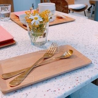 カフェ,花,屋内,花瓶,フォーク,テーブル,スプーン,皿,リラックス,食器,カトラリー,おうちカフェ,ドリンク,おうち,ライフスタイル,調理器具,素材写真,おうち時間,受け皿