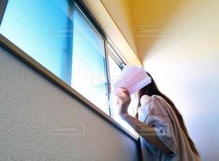 窓の外を見る女性の写真・画像素材[3606389]