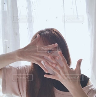 マスクと自撮りに夢中の写真・画像素材[3606455]