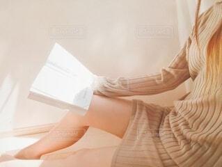 ゆっくり本を読むの写真・画像素材[3695360]