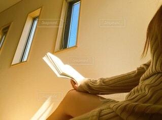 本を読む女子の写真・画像素材[3697189]