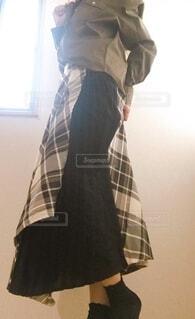 チェックのスカートがポイントの写真・画像素材[3702962]