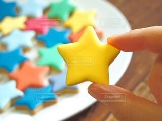 星型アイシングクッキーを持つ手の写真・画像素材[3673915]