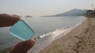 海,空,屋外,ビーチ,波,水面,海岸,ガラス,手持ち,人物,手元,シーグラス,かけら