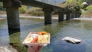 食べ物,川,水面,手持ち,人物,弁当,渓流,手元