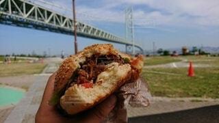 食べ物,空,公園,橋,屋外,ハンバーガー,景色,手持ち,人物,ファストフード,手元