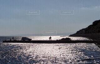 キラキラした水面とシルエットの写真・画像素材[3812053]