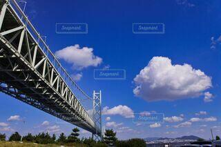 青空に浮かぶ大きな雲と橋の写真・画像素材[3815151]