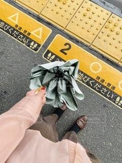 傘,駅,手,手持ち,人物,ポートレート,ホーム,ライフスタイル,手元,秋服