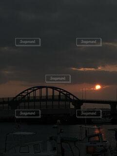 空,橋,屋外,雲,夕暮れ,水面,くもり