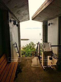 雨上がりの和カフェから見える海の眺めの写真・画像素材[3623280]