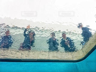 まるで水中から写真を撮ったような不思議な世界の写真・画像素材[3633955]