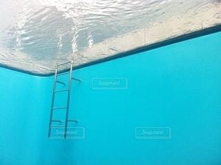 まるで水中から写真を撮ったような不思議な世界の写真・画像素材[3633991]