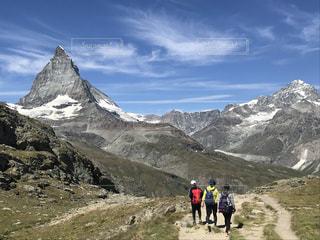 スイス ツェルマットで親子ハイキングの写真・画像素材[3596324]