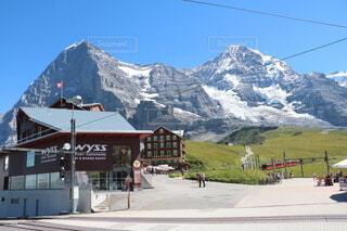 スイスアルプスを背景にした駅の写真・画像素材[3629032]