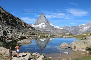 逆さマッターホルンが映る湖の写真・画像素材[3629080]