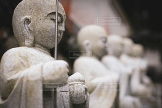 ちょっとカワイイ石仏の列の写真・画像素材[3606090]