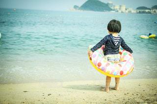 浜辺に立っている女の子の写真・画像素材[3612159]