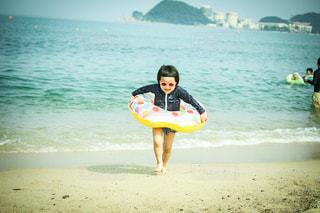 浮き輪女子の写真・画像素材[3612161]