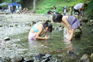 姉妹で川遊びの写真・画像素材[3635610]