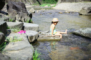 ひとりで川遊びの写真・画像素材[3635614]