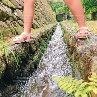 水遊び中の少女の写真・画像素材[3639200]