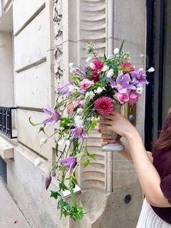 花,屋外,かわいい,カラフル,フラワーアレンジメント,花瓶,フラワー,手,鮮やか,手持ち,人物,シャワー,ポートレート,華やか,ライフスタイル,ダリア,草木,手元